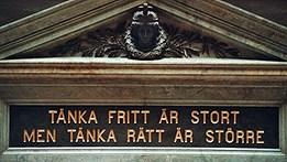 Texten ovanför ingången till aulan på Uppsala universitet.